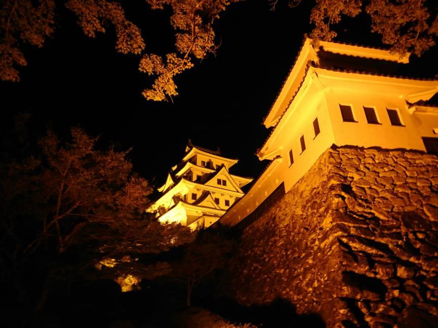 オレンジ色の郡上八幡城