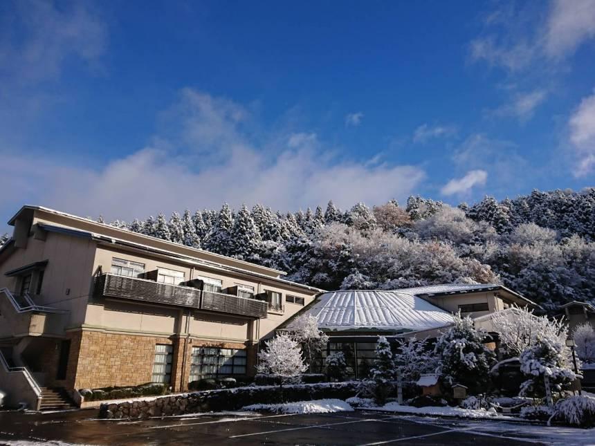 雪景色のホテル全景