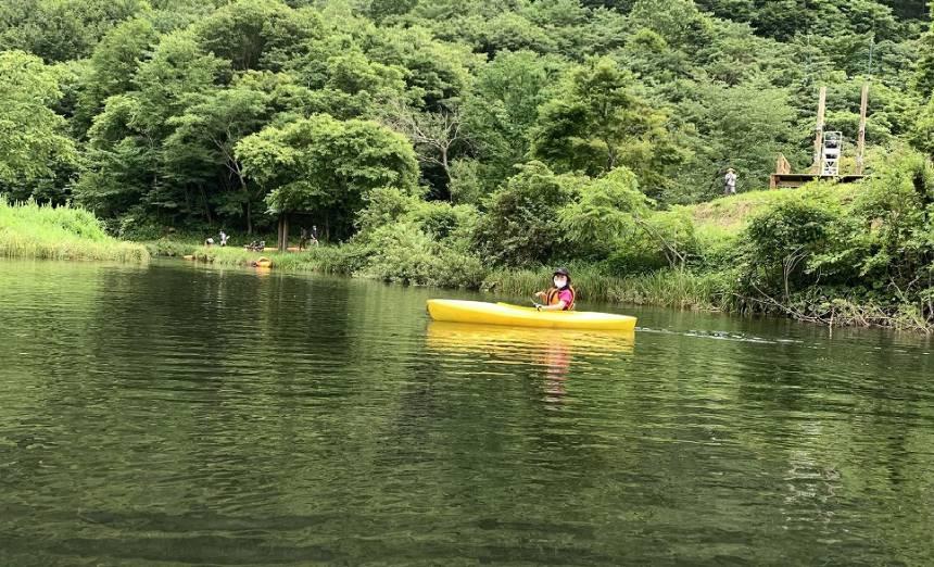 池の中でカヌーを楽しむ「カヌー体験」